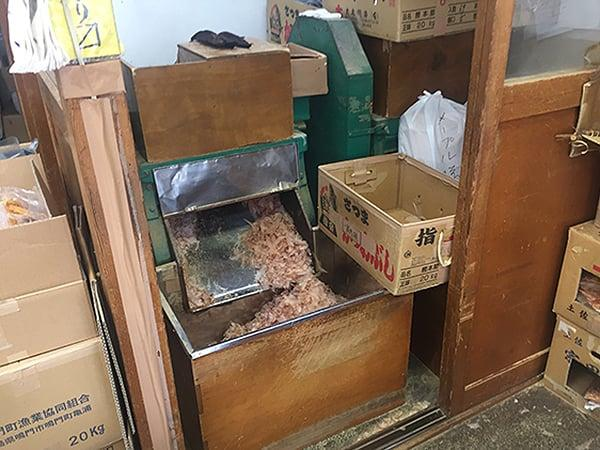埼玉 川越 轟屋|鰹節を削っているようす