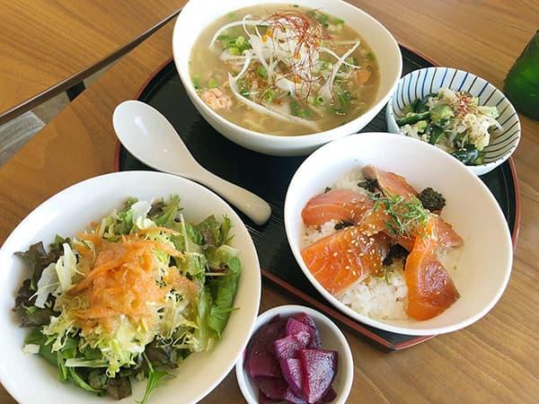 長野 佐久穂 キッチンえみゅー|信州サーモンのアラだし塩ラーメンとミニサーモン丼セット