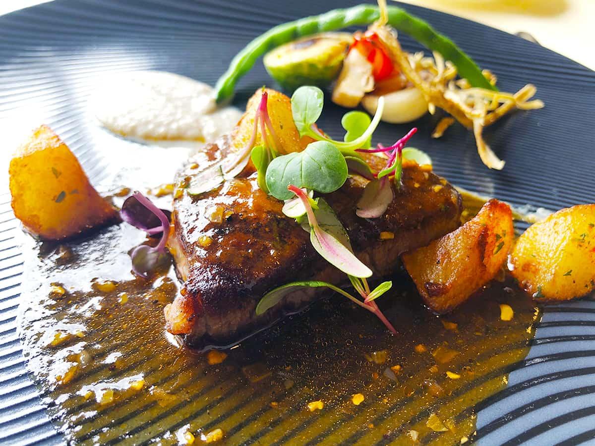 栃木 日光 日光金谷ホテル|とちぎ霧降高原牛フィレ肉のステーキ 黒胡椒ソース 農園野菜のローストを添えて