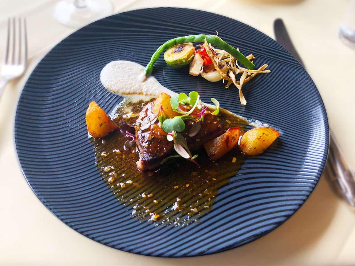 栃木 日光 日光金谷ホテル とちぎ霧降高原牛フィレ肉のステーキ 黒胡椒ソース 農園野菜のローストを添えて