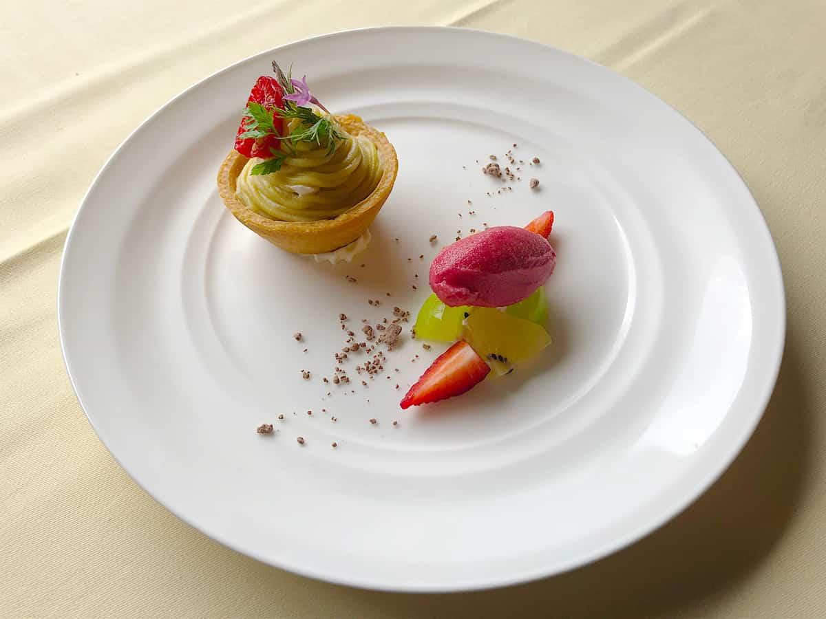 栃木 日光 日光金谷ホテル 焼き芋「紅はるか」のタルト 彩フルーツとフランボワーズのソルベを添えて